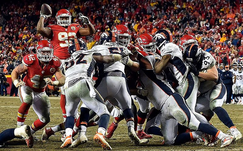 KANSAS CITY, MO - DECEMBER 25:  Nose tackle Dontari Poe #92 of the Kansas City Chiefs passes to tight end Demetrius Harris #84 in the end zone for a touchdown during the 4th quarter of the game against the Denver Broncos at Arrowhead Stadium on December 25, 2016 in Kansas City, Missouri.  (Photo by Jason Hanna/Getty Images)
