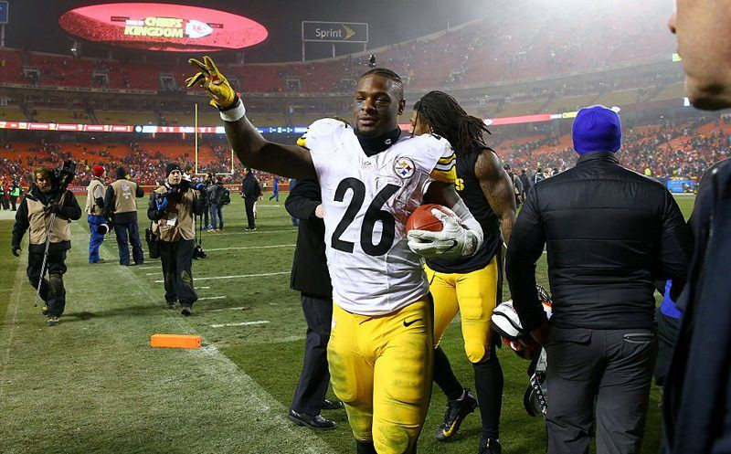 KANSAS CITY, MP - JANUARY 15:  Running back Le'Veon Bell #26 of the Pittsburgh Steelers walks off of the field after the game against the Kansas City Chiefs in the AFC Divisional Playoff game at Arrowhead Stadium on January 15, 2017 in Kansas City, Missouri.  (Photo by Dilip Vishwanat/Getty Images)